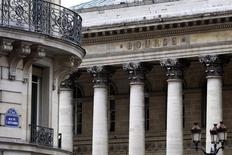 Les principales Bourses européennes ont ouvert en baisse mercredi, s'éloignant encore un peu plus de leurs plus hauts de l'année atteints la semaine dernière. Vers 09h25, le CAC 40 perd 0,48% à Paris, plombé par BNP Paribas, le Dax cède 0,39% à Francfort et le FTSE abandonne 0,23% à Londres. /Photo d'archives/REUTERS/Charles Platiau