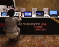 Le fabricant chinois d'ordinateurs et de smartphones Lenovo a livré un bénéfice annuel en hausse de 28,7%, conforme aux attentes. De bonnes performances à l'international ont compensé une stagnation de ses ventes en Chine. /Photo prise le 21 mai 2014/REUTERS/Bobby Yip