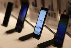 Le fabricant chinois Lenovo s'est fixé pour objectif de vendre 100 millions de smartphones et de tablettes pendant l'exercice qui a débuté le 1er avril. /Photo prise le 21 mai 2014/REUTERS/Bobby Yip