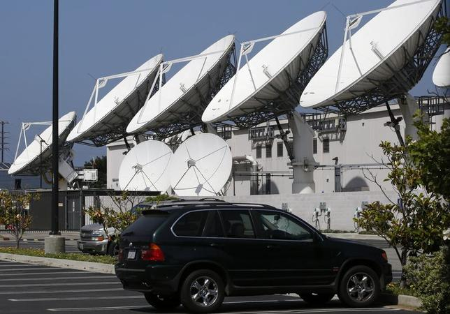 Large satellite dishes at the Los Angeles Broadcast Center of U.S. satellite TV operator DirecTV are seen in Los Angeles, California May 18, 2014. REUTERS/Jonathan Alcorn/Files