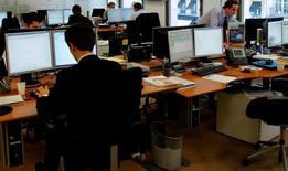 Le nombre d'offres d'emploi confiées à l'Association pour l'emploi des cadres (Apec) a augmenté de 5% en avril par rapport à avril 2013, à plus de 60.000. /Photo d'archives/REUTERS/John Schults