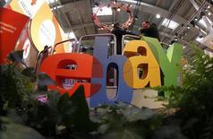 Посетители выставки CeBIT у логотипа Ebay в Ганновере 2 марта 2011 года. Хакеры взломали сеть EBay Inc около трех месяцев назад, в ходе одной из крупнейших атак за всю историю получив доступ к данным примерно 145 миллионов пользователей, сообщила сама компания. REUTERS/Tobias Schwarz
