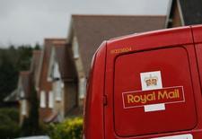 Royal Mail, qui a vu son  bénéfice annuel progresser de 12%, estime que ses activités vont être confrontées à une concurrence accrue. /Photo prise le 25 mars 2014/REUTERS/Luke MacGregor