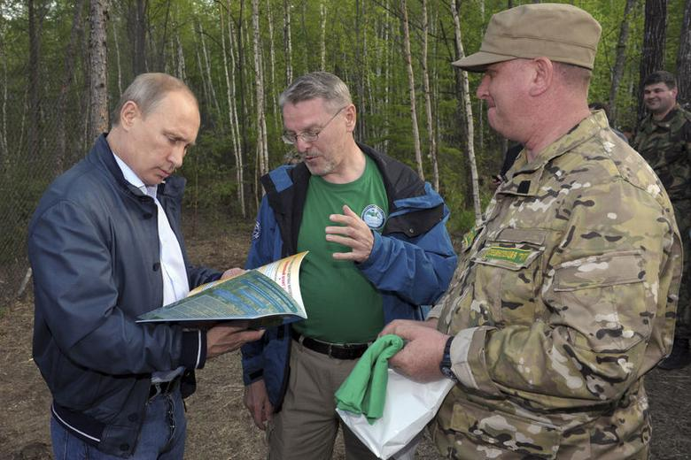 Russian President Vladimir Putin (L) visits the Zheludinsky regional zoological reserve in the Amur region May 22, 2014.   REUTERS/Alexei Druzhinin/RIA Novosti/Kremlin