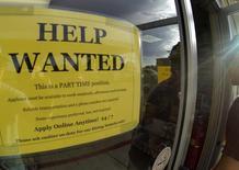 Un anuncio de empleo en una gasolinera de Encinitas, EEUU, sep 6 2013.  El número de estadounidenses que presentaron nuevas solicitudes de subsidios por desempleo subió la semana pasada, pero se mantuvo cerca de un mínimo nivel en siete años y apuntó a una mejoría en curso en el mercado laboral.  REUTERS/Mike Blake