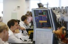 Брокеры в торговом зале инвестбанка Ренессанс Капитал в Москве 15 сентября 2009 года. Российские фондовые индексы слегка снизились в начале торгов пятницы, продолжив коррекцию вчерашней сессии. REUTERS/Denis Sinyakov