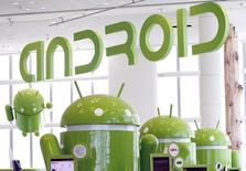 Фигуры в виде символа ОС Android в Moscone Center в Сан-Франциско, Калифорния, 10 мая 2011 года. Google Inc разрабатывает новый семидюймовый планшет, способный делать снимки в 3D, и в начале июня собирается произвести около 4.000 прототипов устройства, пишет Wall Street Journal со ссылкой на источники, знакомые с планами компании. REUTERS/Beck Diefenbach