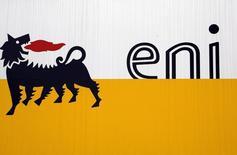 Логотип Eni в Сан-Донато-Миланезе 5 февраля 2013 года. Монополист в экспорте трубопроводного газа из РФ Газпром cогласился на пересмотр цены долгосрочного контракта для итальянской Eni, акционера вызывающего вопросы ЕС российского проекта Южный поток. REUTERS/Stefano Rellandini