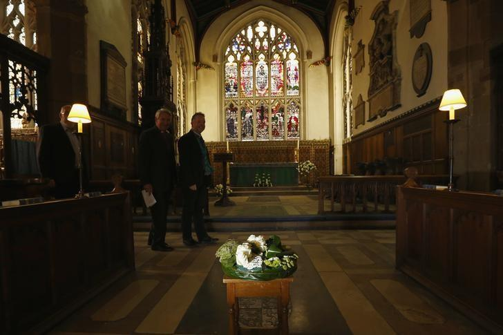 Flowers are laid on the planned site for the tomb of King Richard III in Leicester Cathedral, central England, September 19, 2013 file photo. REUTERS/Darren Staples
