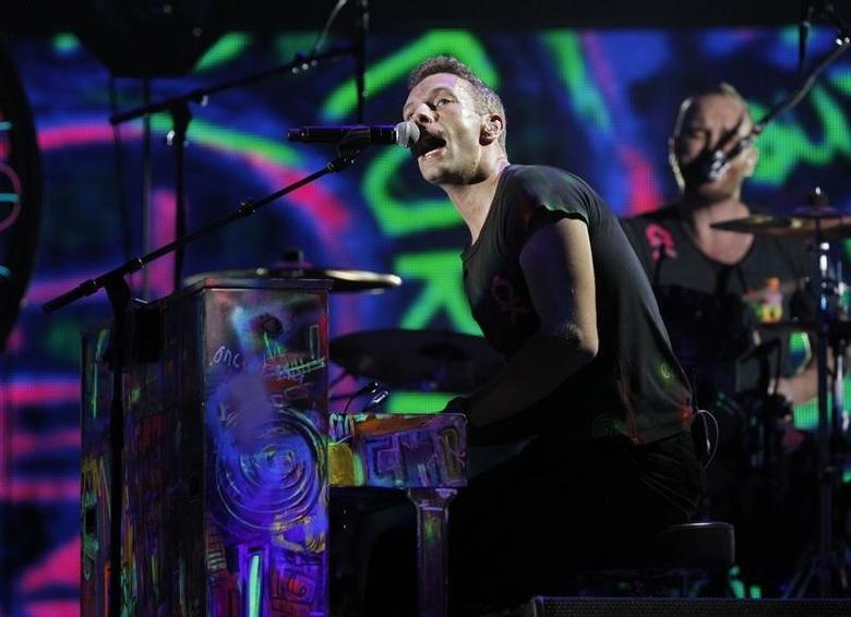 Coldplay singer Chris Martin performs at the 54th annual Grammy Awards in Los Angeles, California, February 12, 2012.   REUTERS/Mario Anzuoni
