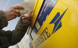 La Commission européenne a approuvé lundi deux aides de l'Etat à La Poste, d'un montant total de près d'un milliard et demi d'euros, visant à assurer sa large présence sur le territoire et à compenser les tarifs réglementés pour la presse. /Photo d'archives/REUTERS/Régis Duvignau