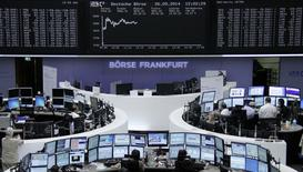 La poussée des eurosceptiques aux élections européennes avait été largement anticipée par les marchés d'actions européens qui étaient orientés à la hausse lundi vers la mi-séance. À Paris, le CAC 40 prenait 0,28% à 4505,72 points vers 10h00 GMT tandis qu'à Francfort, le Dax progressait de plus de 0,85% après avoir battu son record absolu en atteignant en début de séance 9.834,36 points. /Photo prise le 26 mai 2014/REUTERS