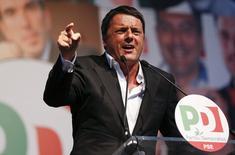 Premiê italiano, Matteo Renzi, durante discurso em campanha eleitoral para as eleições ao Parlamento Europeu, em Roma. Renzi prometeu nesta segunda-feira pressionar por mudanças na política da União Europeia no sentido de mais ênfase no crescimento e criação de empregos, depois de sua ampla vitória nas eleições parlamentares europeias no fim de semana.  22/05/2014 REUTERS/Tony Gentile