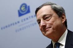 """El presidente del Banco Central Europeo, Mario Draghi, en una rueda de prensa en la sede del organismo en Bruselas, mayo 8 2014. El Banco Central Europeo (BCE) debe estar """"particularmente atento"""" a cualquier espiral de precios negativa en la zona euro, dijo el lunes el presidente de la autoridad, Mario Draghi, agregando que el banco no estaba resignado a que la inflación se mantuviera demasiado baja por demasiado tiempo. REUTERS/Francois Lenoir"""