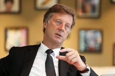 Dans une interview à Reuters, Sébastien Bazin, le PDG d'Accor, explique que le n°4 mondial de l'hôtellerie pourrait réfléchir à la scission de son pôle immobilier d'ici deux ou trois ans. /Photo prise le 26 mai 2014/REUTERS/Charles Platiau