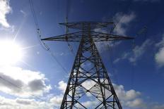 Le coût de production de l'électricité nucléaire en France a bondi de 21% entre 2010 et 2013 en raison notamment de la forte augmentation des investissements d'EDF, selon un rapport de la Cour des comptes. /Photo d'archives/REUTERS/Pascal Rossignol