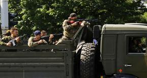 Грузовик с пророссийскими ополченцами в Донецке 26 мая 2014 года. Бои на востоке Украины продолжались всю ночь, и на второй день военной операции против сепаратистов с применением авиации в Донецке слышны выстрелы. REUTERS/Yannis Behrakis