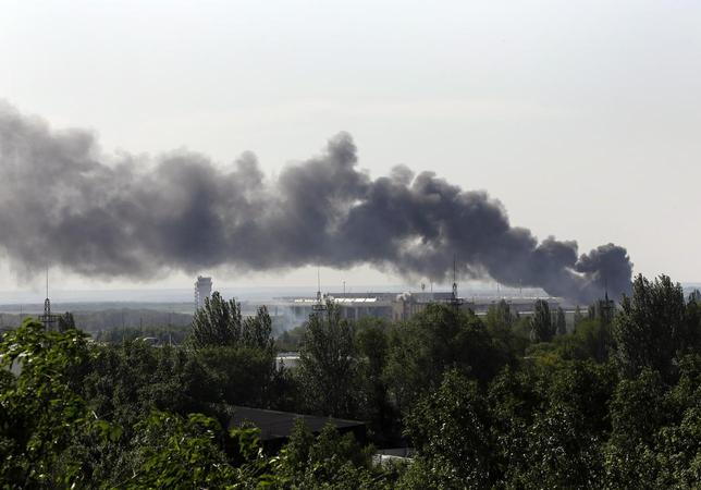 Smoke billows from Donetsk international airport during heavy fighting between Ukrainian and pro-Russian forces May 26, 2014. REUTERS/Yannis Behrakis