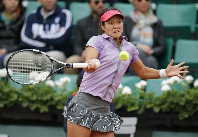 Li Na of China returns a forehand to Kristina Mladenovic of France during their women's singles match at the French Open tennis tournament at the Roland Garros stadium in Paris May 27, 2014.                    REUTERS/Stephane Mahe