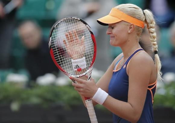Kristina Mladenovic of France reacts after defeating Li Na of China in their women's singles match at the French Open tennis tournament at the Roland Garros stadium in Paris May 27, 2014.      REUTERS/Stephane Mahe