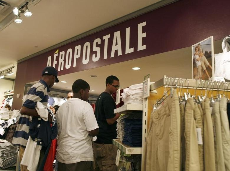 Customers wait in line at an Aeropostale store in New York August 20, 2009.   REUTERS/Brendan McDermid