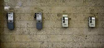 Imagen de archivo de diversos teléfonoso de Telekom Austria en Viena, mayo 8 2014. Los directorios de administración y de supervisión de Telekom Austria dijeron el martes que habían decidido no ofrecer una recomendación ni a favor ni en contra de la oferta de América Móvil de hasta 2.000 millones de dólares por las acciones que no posee de la compañía.  REUTERS/Leonhard Foeger