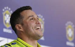 O goleiro Julio Cesar sorri durante entrevista em Teresópolis nesta terça-feira. Ele elogiou a bola Brazuca, que será utilizada na Copa do Mundo.  REUTERS/Ricardo Moraes