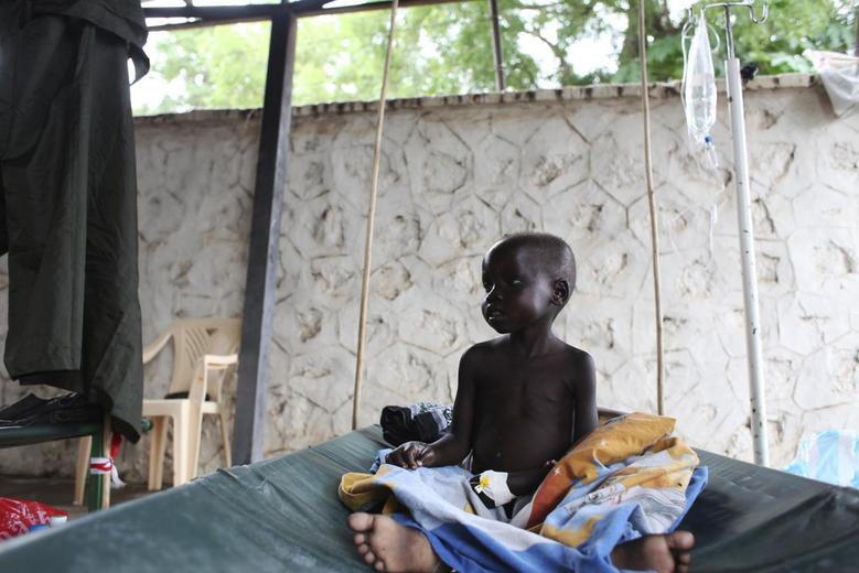 A South Sudanese child suffering from cholera sits on a bed in Juba Teaching Hospital in Juba, May 27, 2014.  REUTERS/Andreea Campeanu