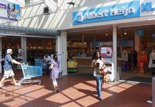 Un magasin Albert Heijn à Utrecht, aux Pas-Bas. Cette plus grande chaîne de supermarchés aux Pays-Bas appartient au groupe Ahold, qui a fait état mercredi d'un bénéfice opérationnel du premier trimestre inférieur aux attentes, en raison d'une baisse de ses marges aux Etats-Unis et aux Pays-Bas, ses deux principaux marchés. /Photo d'archives/REUTERS/Michael Kooren