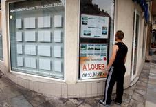 Les ventes de logements neufs en France affichent un recul de 5% au premier trimestre par rapport à la même période de 2013, le stock de logements neufs proposés à la vente restant très élevé malgré le net ralentissement des mises en vente par les promoteurs. /Photo d'archifves/REUTERS/Eric Gaillard
