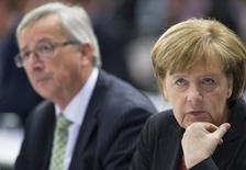 Канцлер Германии и лидер ХДС Ангела Меркель и бывший премьер-министр Люксембурга Жан-Клод Юнкер на конгрессе ХДС в Берлине 5 апреля 2014 года. Лидеры Евросоюза, потрясенные протестным голосованием в парламент блока, во вторник решили добиваться комплексного соглашения о назначениях на ведущие посты в ЕС. REUTERS/Stefanie Loos