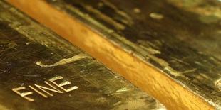Слитки золота на пресс-конференции в здании ЦБ Германии во Франкфурте-на-Майне, 16 января 2013 года. Цены на золото близки к 3,5-месячному минимуму, так как повышенные макроэкономические показатели США снижают привлекательность золота как низкорискованного актива. REUTERS/Lisi Niesner