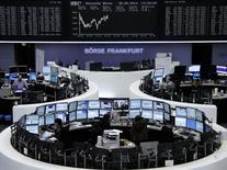 TLes Bourses européennes se stabilisaient mercredi vers la mi-séance après quelques prises de profits en matinée - et Wall Street est attendue en légère hausse - l'appétit pour le risque ayant propulsé la veille le S&P 500 et le Dax à de nouveaux records et entraîné l'or à des plus bas de trois mois et demi. À Paris, le CAC 40 avançait de 0,14% vers 13h15. À Francfort, le Dax prenait 0,1% et à Londres, le FTSE 0,09%. /Photo prise le 28 mai 2014/REUTERS