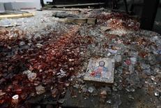 """Икона и обломки стекла с пятнами крови в кузове """"Камаза"""" близ аэропорта Донецка, 27 мая 2014 года. REUTERS/Yannis Behrakis"""