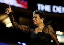 Imagen de archivo de la poetista estadounidense Maya Angelou en una convención del partido Demócrata en Boston, jul 27 2004. La escritora y poetisa estadounidense Maya Angelou murió a los 86 años en Carolina del Norte, informaron medios el miércoles citando a su agente y a un funcionario local.  REUTERS/Brian Snyder