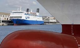 Transdev a repris mercredi le contrôle de la gouvernance de la SNCM, provoquant la colère des syndicats qui dénoncent l'attitude de l'Etat actionnaire et craignent pour l'avenir de la compagnie maritime en grande difficulté. /Photo prise le 31 mars 2014/REUTERS/Jean-Paul Pélissier