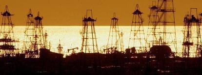 Вид на месторождение нефти в Баку 16 октября 2005 года. Цены на нефть Brent держатся вблизи $110 за баррель, так как рынок рассчитывает на рост спроса в США, крупнейшем в мире потребителе нефти, учитывая падение запасов бензина и данные, указывающие на укрепление экономики. REUTERS/David Mdzinarishvili