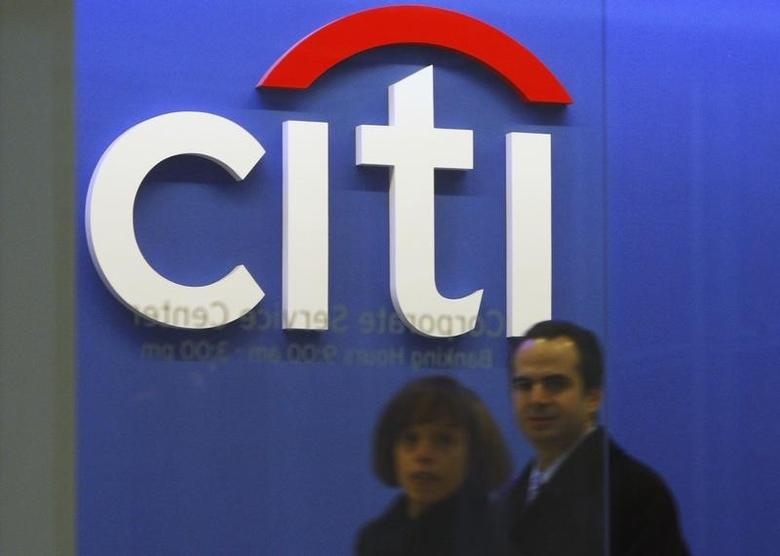 Employees walk through the Citigroup headquarters in New York, November 24, 2008.  REUTERS/Brendan McDermid