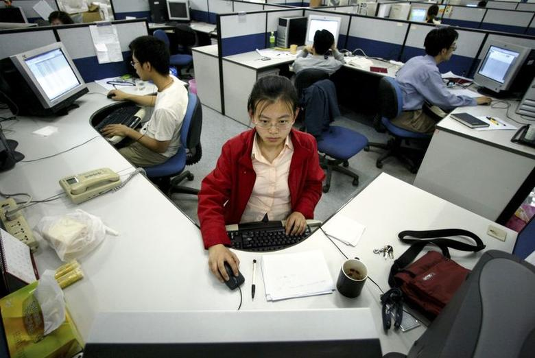 Chinese software engineers work on product solutions at the Neusoft Group Ltd headquarters in the northeastern city of Shenyang, capital of Liaoning province in this May 26, 2004 file photo. REUTERS/Claro Cortes IV/Files