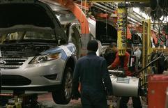 Рабочие на заводе Ford в Чикаго 1 декабря 2010 года. Ford Motor Co отзывает 1,39 миллиона внедорожников и седанов в Северной Америке, у большей части которых могут быть проблемы с усилителем руля, сообщила компания. REUTERS/Frank Polich