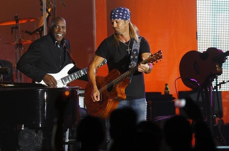 Bret Michaels (R) performs during the Muhammad Ali Celebrity Fight Night awards banquet in Scottsdale, Arizona, March 19, 2011.  REUTERS/Joshua Lott