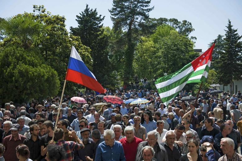 Opposition protesters gather outside the presidential headquarters in Sukhumi, the capital of Georgia's breakaway region of Abkhazia May 28, 2014.  REUTERS/Nina Zotina