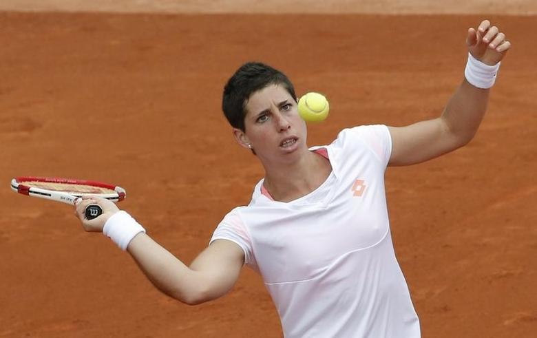 Carla Suarez Navarro of Spain prepares to hit a return to Taylor Townsend of the U.S during their women's singles match at the French Open tennis tournament at the Roland Garros stadium in Paris May 30, 2014.  REUTERS/Jean-Paul Pelissier