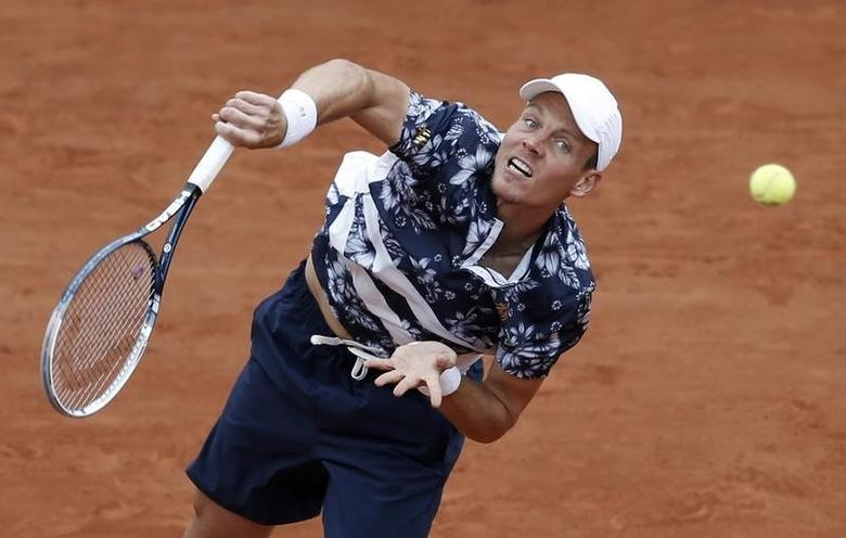 Tomas Berdych of the Czech Republic serves the ball to John Isner of the U.S. during their men's singles match at the French Open tennis tournament at the Roland Garros stadium in Paris June 1, 2014.   REUTERS/Vincent Kessler