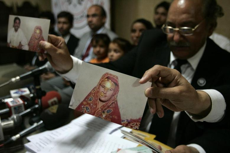 Mansoor-ur-Rehman Afridi, the lawyer for Khalida Bibi who is sister of the late Farzana Iqbal, holds a picture which according to Bibi is of Farzana's first marriage with her cousin Mazhar Iqbal during a news conference in Lahore May 31, 2014.   REUTERS/Mani Rana