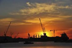 Верфь в Даляне, провинция Ляонин, 28 января 2014 года. Производственная активность в Китае расширялась в мае самыми быстрыми темпами за пять месяцев благодаря росту числа новых заказов, свидетельствуют официальные данные. REUTERS/China Daily