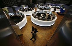 Les Bourses européennes ont ouvert en légère hausse lundi, à l'exception de Paris encore plombée par BNP Paribas, portées par un bon indicateur d'activité en Chine, et l'euro reste sous pression en attendant des baisses de taux de la Banque centrale européenne lors de sa réunion de politique monétaire de jeudi. Vers 9h30, le CAC 40 cède 0,03% à Paris, le Dax reprend 0,31% à Francfort et le FTSE progresse de 0,18% à Londres. /Photo d'archives/REUTERS/Ralph Orlowski