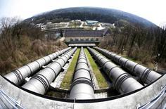 Imagen del 1 de abril de una central de energía hidroeléctrica de Wacker Chemie en la localidad de Burghausen, en el sureste de Alemania. El crecimiento del sector manufacturero de la zona euro se desaceleró más de lo que se creyó inicialmente el mes pasado, mostró el lunes una encuesta, lo que probablemente avivará las expectativas de que el Banco Central Europeo flexibilice su política monetaria esta semana. REUTERS/Michaela Rehle