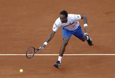 Gael Monfils of France reaches out to hit a return to Guillermo Garcia-Lopez of Spain during their men's singles match at the French Open tennis tournament at the Roland Garros stadium in Paris June 2, 2014.    REUTERS/Vincent Kessler