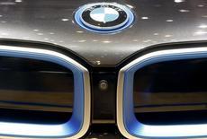 BMW souhaite réduire de 100 millions d'euros par an ses coûts salariaux en Allemagne à partir de 2015, rapporte lundi le quotidien Münchner Merkur sur son site internet en citant des représentants du personnel. /Photo prise le 5 mars 2014/REUTERS/Arnd Wiegmann